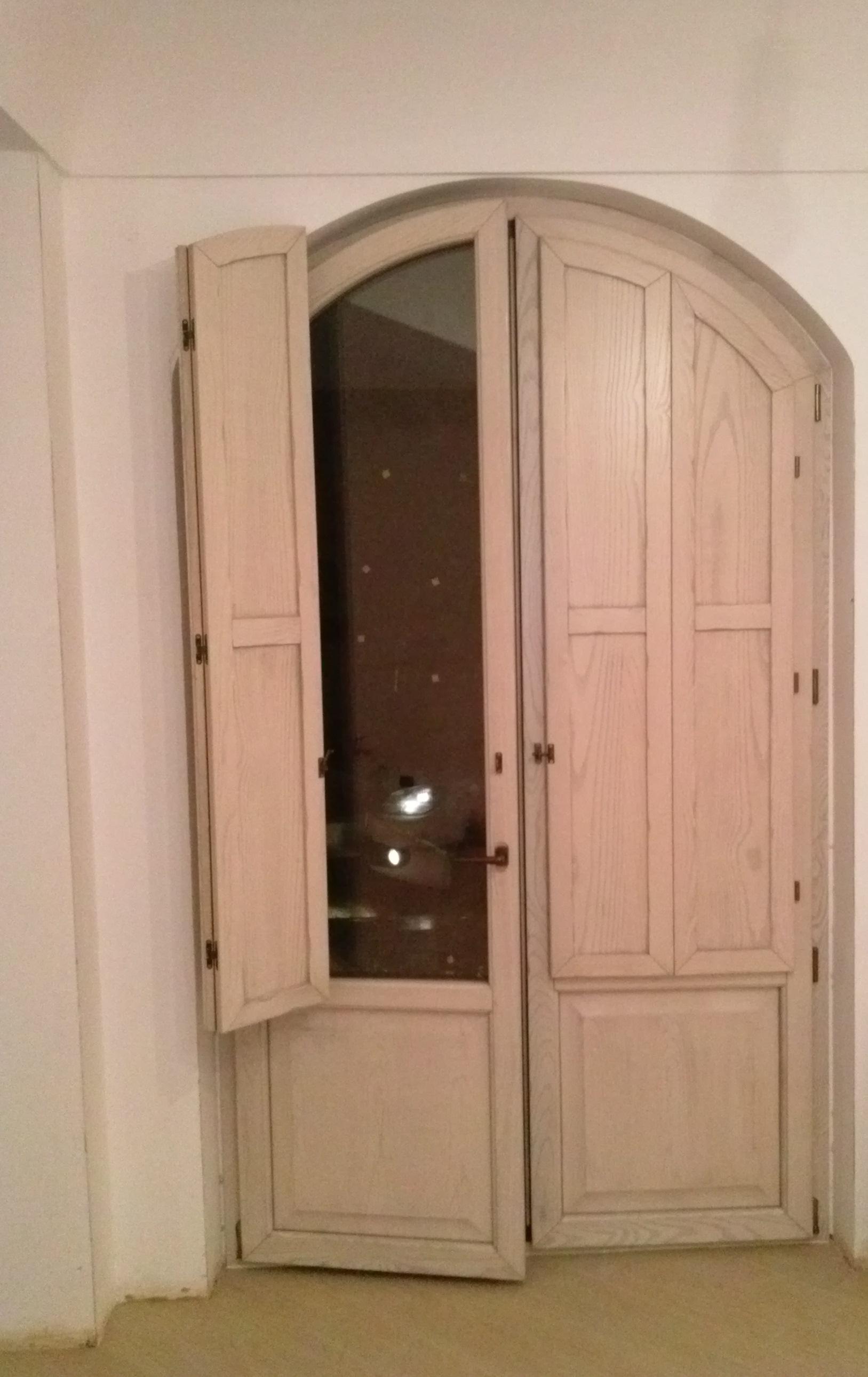 Infisso in misto alluminio - legno ad arco con bugna e scuretti